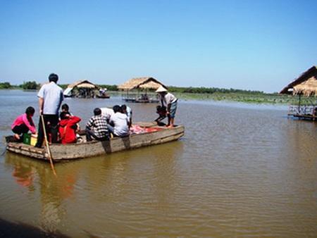 Di chuyển khách ra chòi trên cánh đồng sen ngập nước