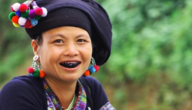 Để có một bộ răng đẹp, trong quá trình nhuộm đòi hỏi những người phụ nữ Mường kiên