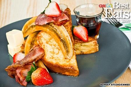 4. Bánh mỳ nướng ăn kèm chuối cháy và thịt xông khói