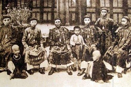 Hình ảnh của thái giám triều Nguyễn được chụp lại trên các bưu ảnh.
