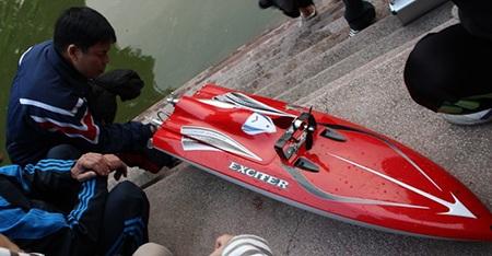 Thuyền mô hình xé nước hồ Hà Nội