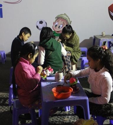 Làng gốm bát tràng tham gia hội chợ với trò chơi tô tượng hấp dẫn