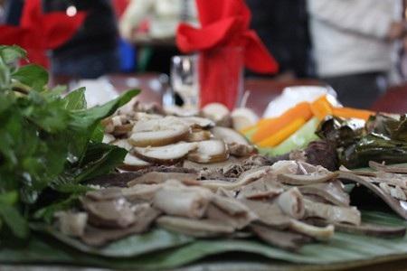 Thịt được thái mỏng, bày trên lá chuối đã hơ lửa và được lau sạch