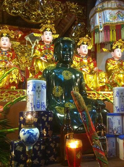 Pho tượng ông Hoàng Mười được làm bằng chất liệu Ngọc phỉ thúy xanh cực kỳ quý hiếm