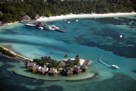 Cảnh trong ảnh là một bãi biển xanh cắt trắng tuyệt đẹp tại Nusa Besakih nhìn ra biển Ấn Độ Dương