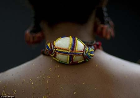 Một trong những món đồ trang sức tinh sảo của người phụ nữ trên đảo