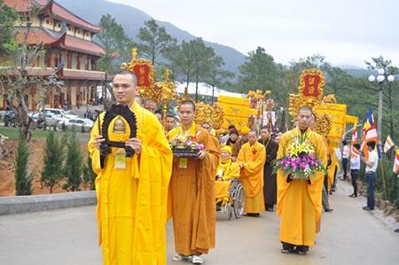 Buổi lễ diễn ra trong không khí trang nghiêm, lĩnh tại. Hàng nghìn tăng ni về tham dự