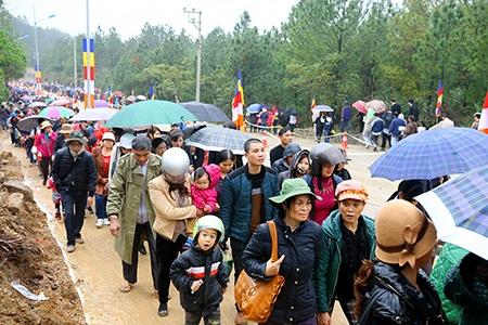 Ngay từ sáng sớm hàng vạn người đội mưa tham dự lễ khánh thành ngôi chùa này