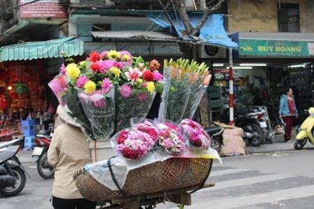 Những người bán hoa rong không ồn ào mà lặng lẽ, không rao hàng mà người mua vẫn biết để tìm đến