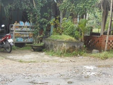 Một ngôi mộ của người thân được gia đình an táng ngay trước cửa nhà
