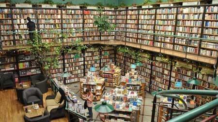 Hiệu sách Cook & Book, Brussels, Bỉ là sự kết hợp đầy mê hoặc của kỳ quái và chút gì đó rờn rợn