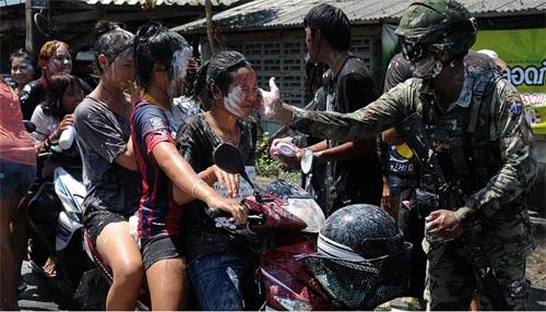 Một người lính Thái Lan cũng tham gia vào hoạt động vui chơi của lễ hội với người dân