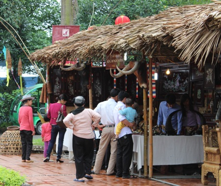 Những sản phẩm của các làng nghề đa dạng phong phú lôi cuốn người đến ngày hội