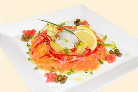Đĩa carpaccio cá hồi như một bức tranh nghệ thuật nhiều màu sắc