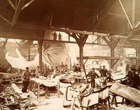 Những người công nhân đang miệt mài hoàn chỉnh từng bộ phận của bức tượng. Ảnh chụp năm 1883 ở Pháp