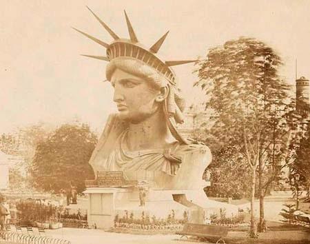 Trước khi hoàn chỉnh, từng bộ phận của bức tượng đã trở thành điểm thu hút người tới tham quan