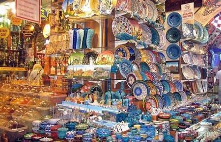 Chợ Grand Bazaar bán tràn ngập đồ gốm sứ từ cao cấp tới bình dân