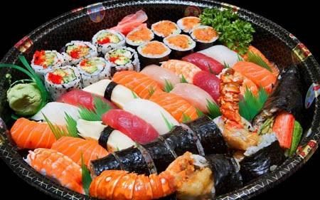 Một đĩa tổng hợp gồm sushi và sashimi rất hấp dẫn