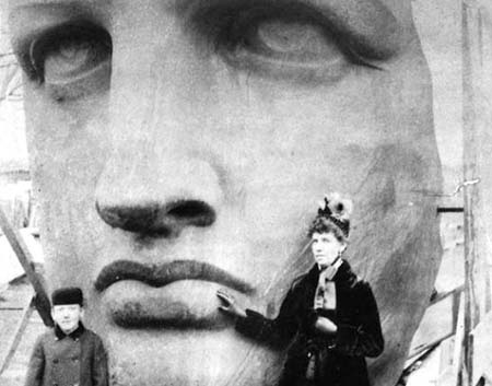 Người thợ đang hoàn thành phần tay tượng. Ảnh chụp tại công xưởng Pháp năm 1883