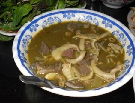 Nguyên liệu chính là tiết đông, đuôi, dạ dày, cuống tim, ruột non của bò hoặc dê được nấu sền sệt.