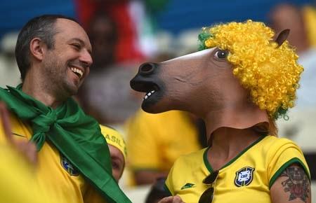 Các sân cỏ Brazil tràn ngập hình ảnh thú vị của cổ động viên