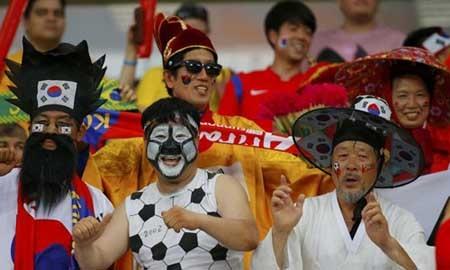 Cổ động viên của Hàn Quốc với trang phục nam truyền thống của thời Chonson