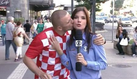 Một nữ phóng viên xinh đẹp của Brazil khi tác nghiệp bị cổ động viên người Croatia hôn trộm lên má