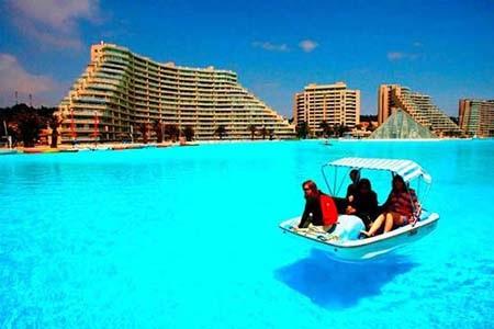 Ngoài bơi lôi, nhiều người thích chèo thuyền để khám phá chiều dài của bể