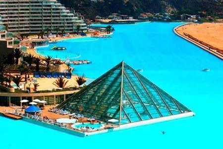 Kim tự tháp trong suốt là công trình ấn tượng nhất của bể bơi.