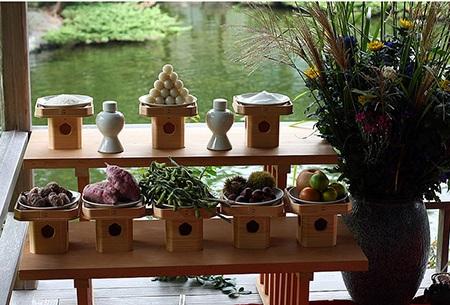 Mâm cỗ truyền thống cúng trong đêm rằm trung thu không thể thiếu món bánh Tsukimi Dango