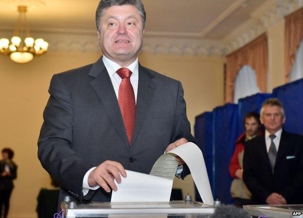 Tổng thống Ukraine Poroshenko đi bỏ phiếu vào ngày 26/10.