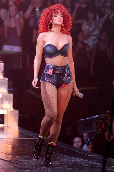 Rihanna gợi cảm trên sân khấu - 7