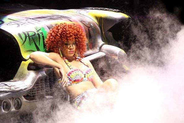 Rihanna gợi cảm trên sân khấu - 14