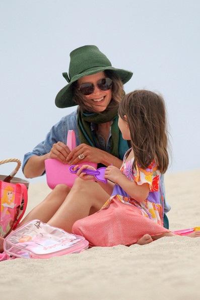Mẹ con Katie Holmes vui chơi ở biển - 3