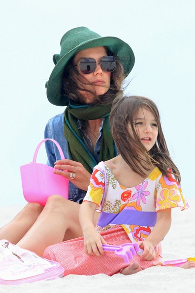 Mẹ con Katie Holmes vui chơi ở biển - 4