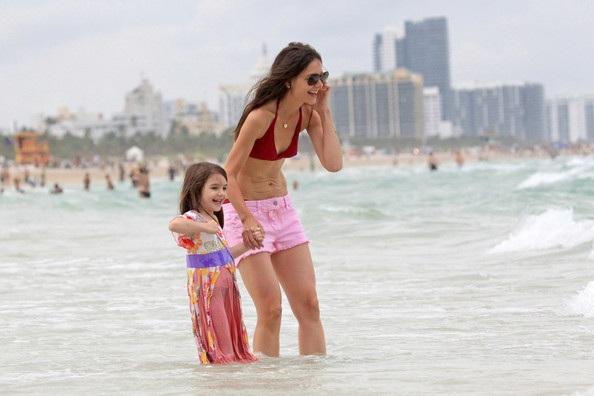 Mẹ con Katie Holmes vui chơi ở biển - 10