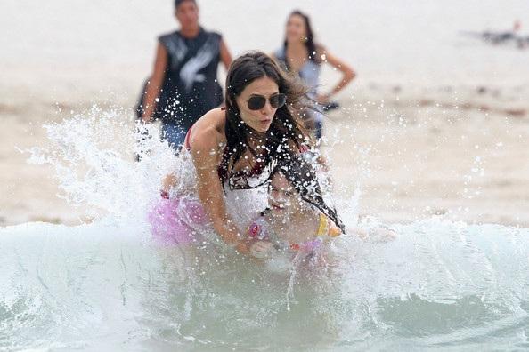 Mẹ con Katie Holmes vui chơi ở biển - 11