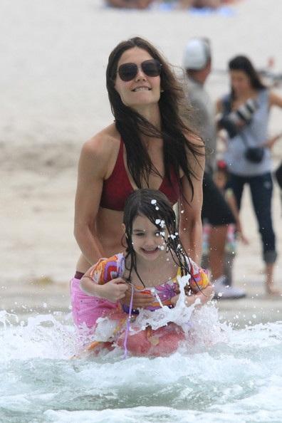 Mẹ con Katie Holmes vui chơi ở biển - 14
