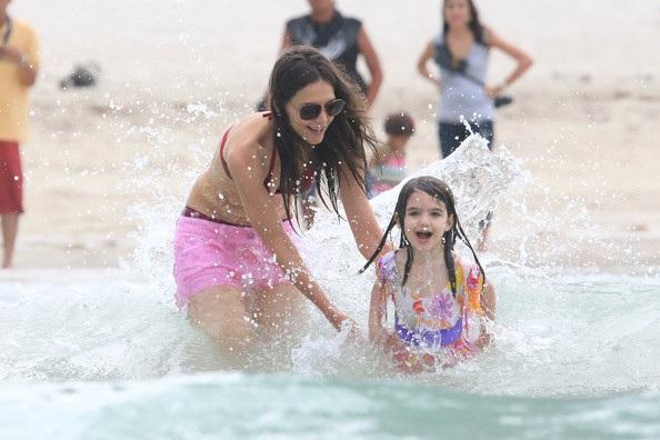 Mẹ con Katie Holmes vui chơi ở biển - 15