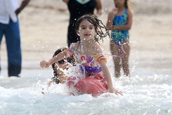 Mẹ con Katie Holmes vui chơi ở biển - 17