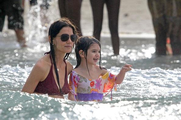 Mẹ con Katie Holmes vui chơi ở biển - 18