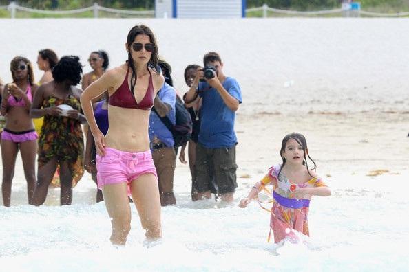 Mẹ con Katie Holmes vui chơi ở biển - 19