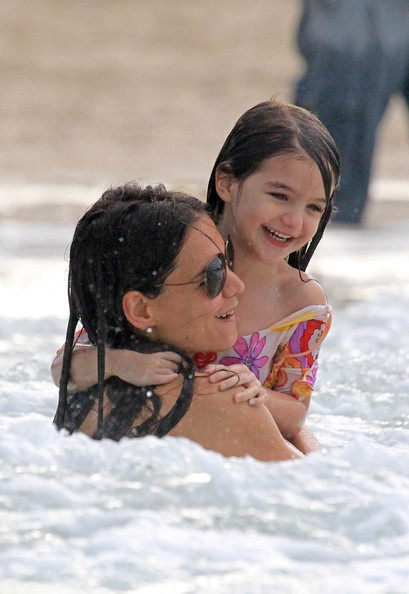 Mẹ con Katie Holmes vui chơi ở biển - 23