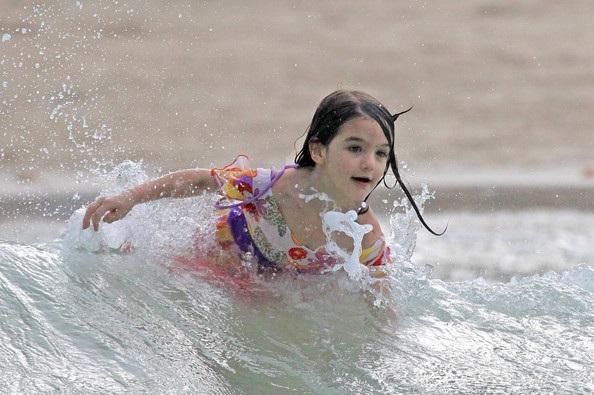Mẹ con Katie Holmes vui chơi ở biển - 24