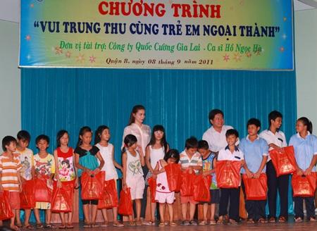 Hà Hồ - Quốc Cường vui trung thu cùng trẻ em  - 3