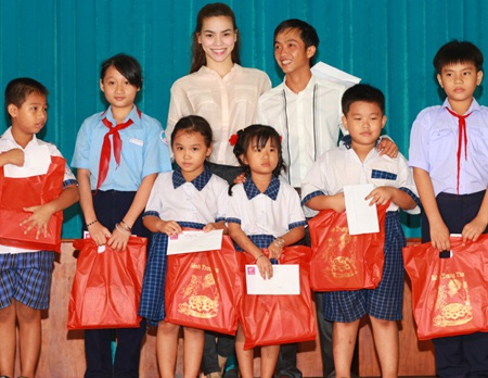 Hà Hồ - Quốc Cường vui trung thu cùng trẻ em  - 4
