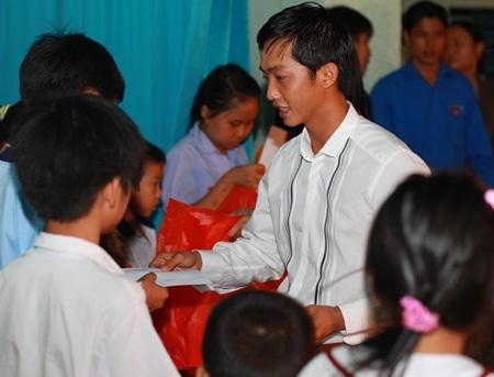 Hà Hồ - Quốc Cường vui trung thu cùng trẻ em  - 5