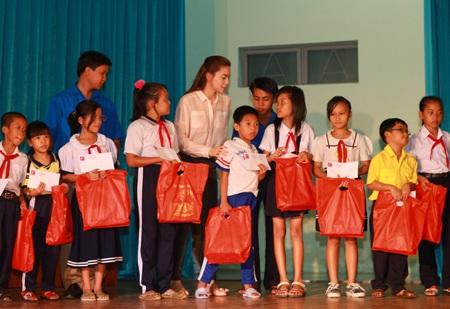 Hà Hồ - Quốc Cường vui trung thu cùng trẻ em  - 6
