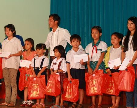 Hà Hồ - Quốc Cường vui trung thu cùng trẻ em  - 7