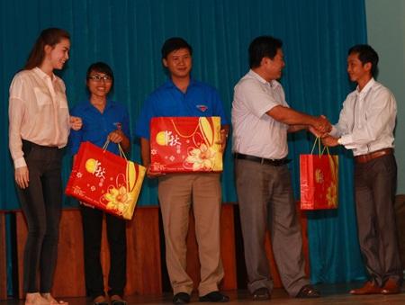 Hà Hồ - Quốc Cường vui trung thu cùng trẻ em  - 8
